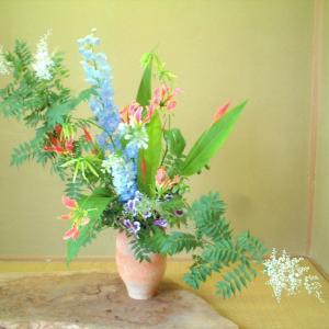 花材の向きに変化をつけて躍動感を出す