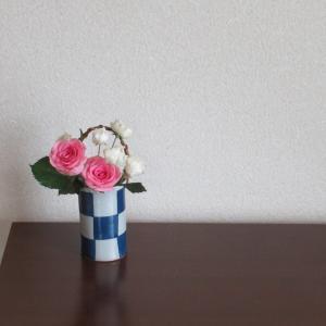 市松模様の花器にあう花