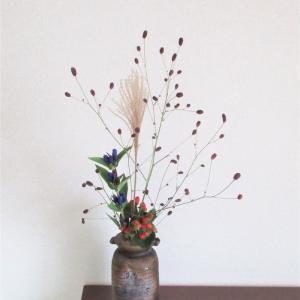 秋の日に焼き締めの花器に活ける