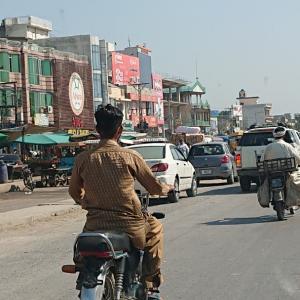 ディナの町でもサトウキビジュース《パキスタン旅行記42》