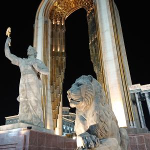 イスマイル・ソモニ記念碑は夜に行くべし!《タジキスタン旅行記30》