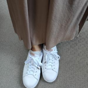 大人スニーカーコーデの靴下どうしてる?