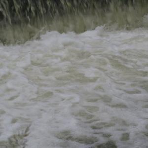 雨の日の堤防