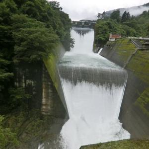 ダムの放流と水鏡