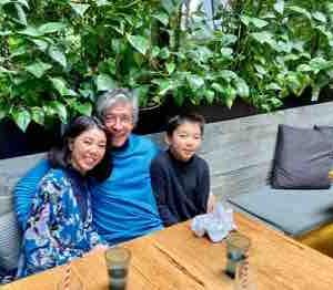 チャーミングな英国人ウェイトレスさんに家族写真を撮ってもらいましt👨🏻🦱👩🏻👦🏻📸