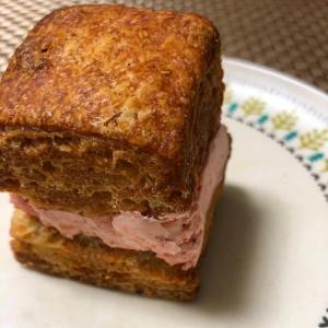 ◉レッサーパンヤ  ◉ 自家製いちごバターサンドのスコーン
