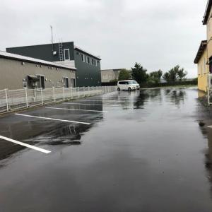 雨の日の朝の社員駐車場