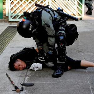香港、発砲で抗議デモ激化若者重体、警察は正当化