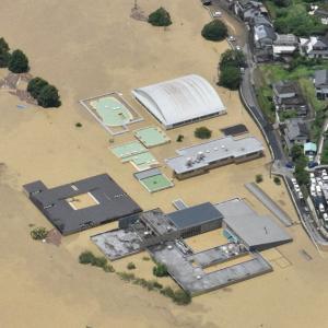 池に浮く乗用車、横転したバス…熊本豪雨の被災地「とても住めない」