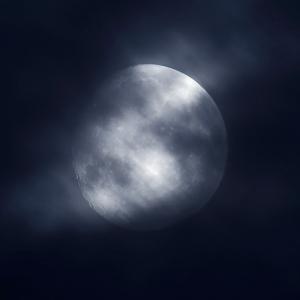 月と雲の流れ