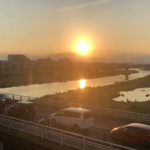 【街角スケッチ】二子玉川駅から見かけた多摩川の夕陽