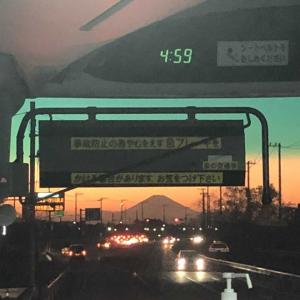 【旅先スケッチ】バスの車窓から見えた「赤富士」
