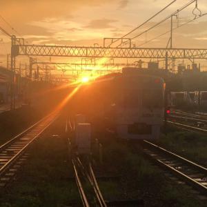 【鉄道スケッチ】雨上がりの夕焼けに吸い込まれていく電車