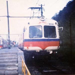 【鉄道スケッチ】懐かしの1枚~夕暮れの新島々駅で発車を待つ松本電鉄の「アオガエル」