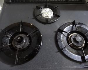 アルカリ電解水でコンロ掃除。これは常備しようかな。ズボラーにピッタリ。