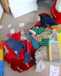 片付けるつもりが、散らかしてしまうんですよね…子ども服の衣替え。