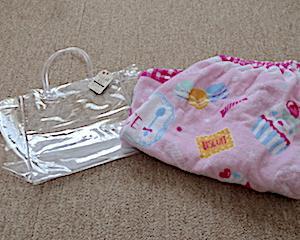 プール準備。小柄な3歳児にダイソーのクリアビニールバッグがピッタリ。