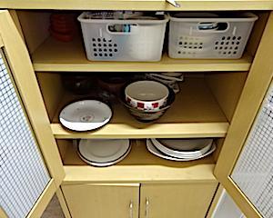 普段使っているものって本当に少ない。割れた食器をいい加減捨てる。