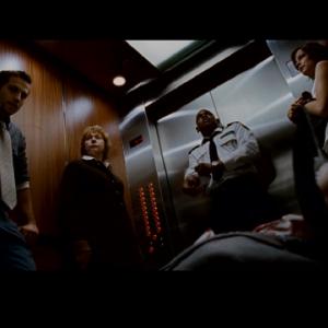 【これは怖い】映画「シックスセンス」の監督の「デビル」って映画にストーリーと関係ない変な人が映ってるんだが、知ってる人いる?