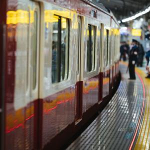 【気味が悪い】駅のホームから電車を見たら、人間とは思えない人が乗ってた