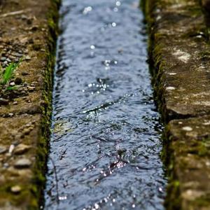 【不思議】田んぼ脇の用水路、一瞬時空が歪む