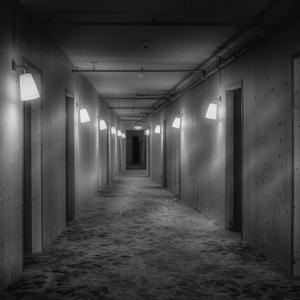 【怖い】女性の1人客が帰ったあとの部屋を掃除してたら、ゾッとするもの見つけた
