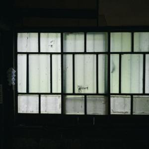 【ゾッ】窓の上から誰かが覗き込んでる