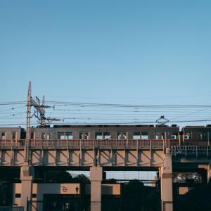 【ミステリー】外から聞こえる電車の音→カーテンを開けると信じられない光景が見えた