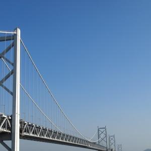 瀬戸内海に浮かぶ与島からの瀬戸大橋(2016年3月)