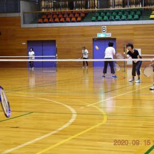 スポーツセンター・アリーナでテニス。後はプールでクールダウン。