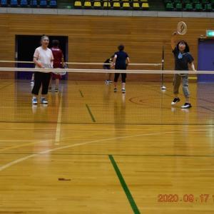 スポーツセンター・アリーナでテニス。