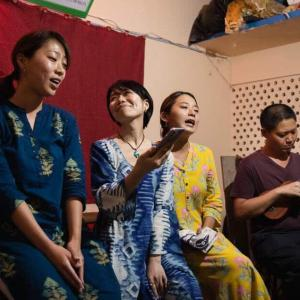 インドのサンタナで落語を聴く
