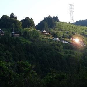 西陽射す山肌の村