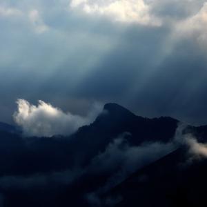 神々しい山の夜明け