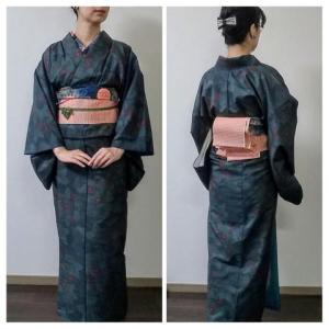 藍の大島紬に葡萄のブローチに絞りの羽織
