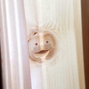 【神降臨】ホームセンターの木材にヤバイ顔面が現れて話題に!!!