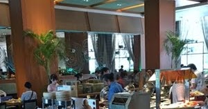 台北ミラマーガーデンホテルの朝食 とんこつラーメンと充実フルーツ