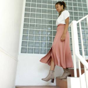 サテンスカートでフェミニン&カジュアル