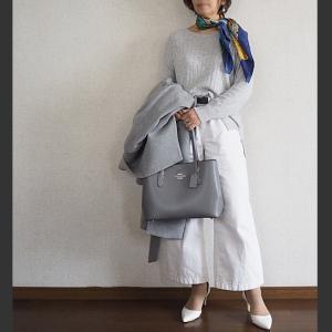 【50代コーデ】グレー&ホワイト。差し色は、随分昔のスカーフで。