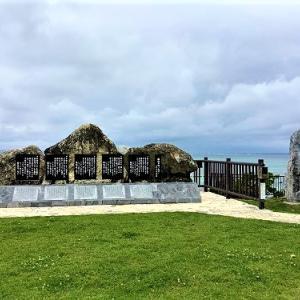 ユーバンタ浜 艦砲ぬ喰ぇー残さー歌碑と赤犬子大王之墓碑