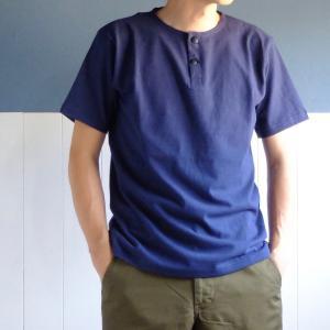 夏の必須Tシャツスタイル。ヘンリーネックをオススメ。