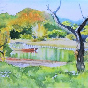 視界が広がった遊歩道から伝馬船の浮かぶ大池を望む 三渓園にて