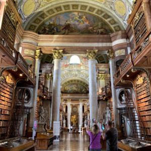「世界で最も美しい図書館」に酔いしれる