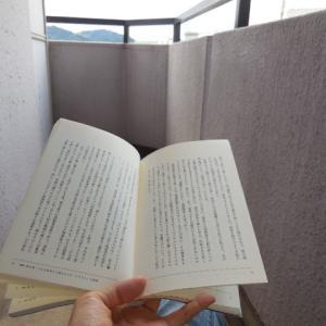 ベランダで読書。