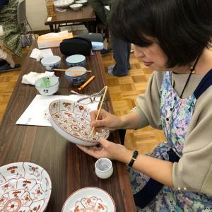ダイニングテーブルで作品作り・・・九州有田、源右衛門窯で絵付け講習を受講しました。