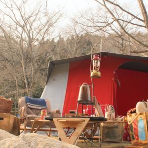 最高のキャンプに欠かせないのは焚火と火器と…