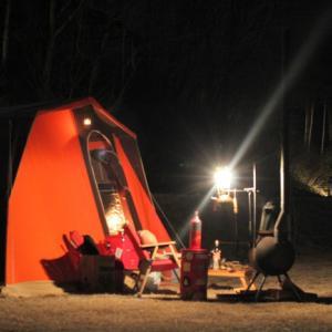 誰もいない営地にたった一人、風と闘う設営おじさんソロキャンプ