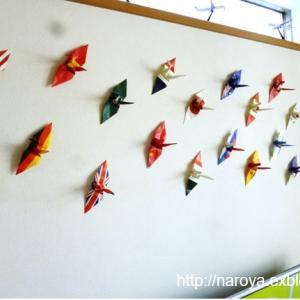 折り鶴を壁に飾る