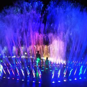 釜山多大浦の噴水。20分間のショー終了後は噴水の中に入って遊べるタイム
