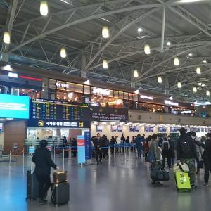 金海国際空港内のフードコートでユッケジャン。手提げかばんを空港に置き忘れて帰国する。
